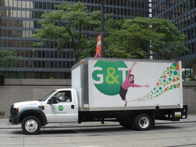 Camion avec de la publicité