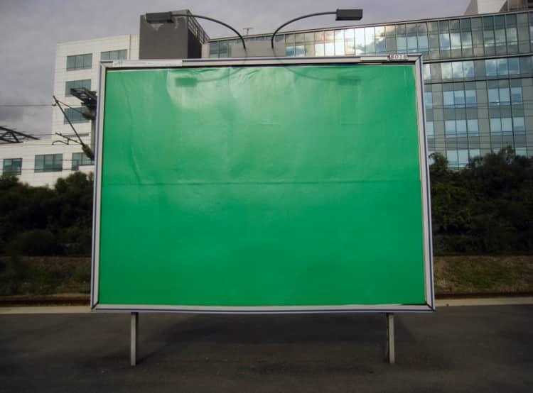 Panneau publicitaire dans la rue